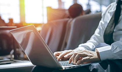 社外で働くため、インターネット接続ができるノートPCが必要